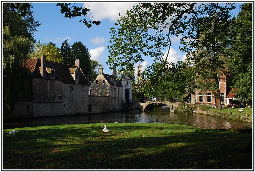 [브뤼헤 사랑의 호수 근처] 운하가 잘 발달되어 있는 중세도시....  브뤼헤 역에서 내려 버스를 타고 마르크트광장에 내려 도보로 여기저기를 구경... 다시 브뤼셀로 와서 그랑뿔라스 야경을 촬영하고    벨기에의 유명한